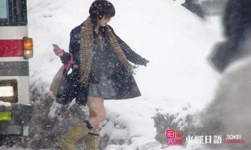 日本女孩冬天穿短裙